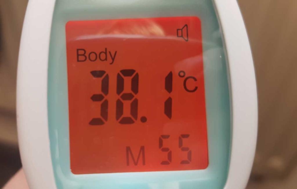 Inntey Infrarotthermometer - Bei Fieber wechselt die Farbe der Anzeige